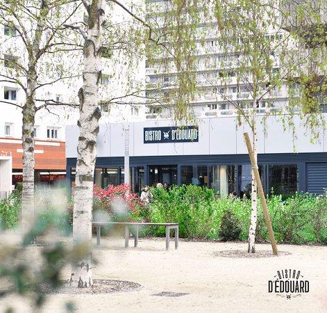 Courbevoie, Γαλλία: Sur la Place des Saisons.