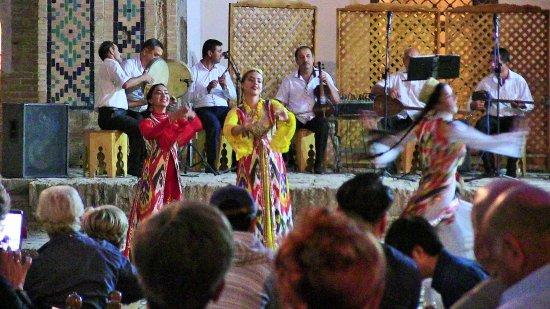 Nodir Devon Begi Madrasasi: Danze