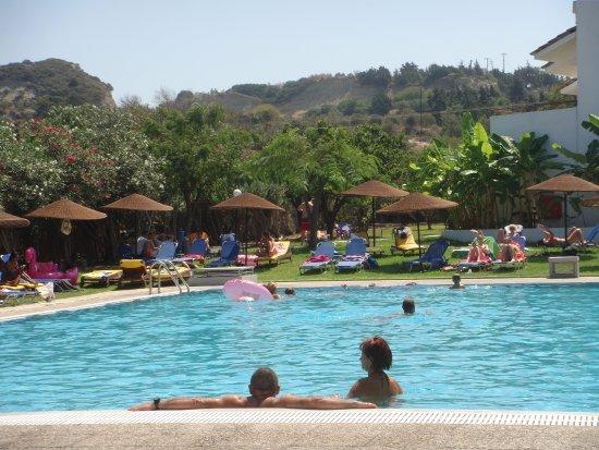 Vallian Village Hotel: piscine/transats