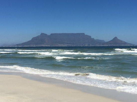 Bloubergstrand Beach: Blick auf den wolkenfreien Tafelberg