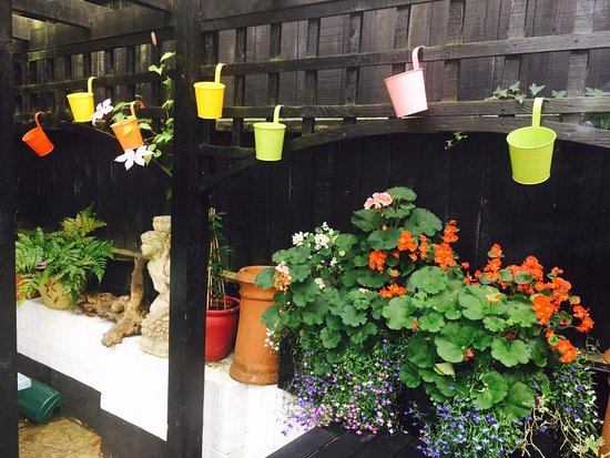 Chorleywood, UK: Courtyard flowers