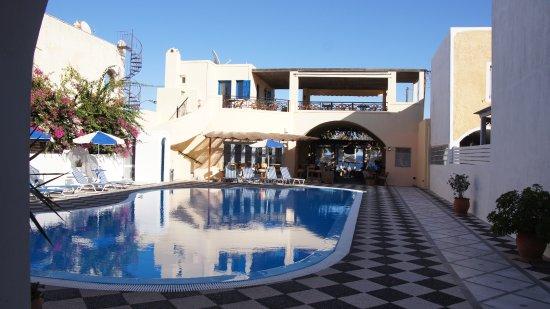 Levante Beach Hotel: Innenhof mit Pool + Frühstücksterasse