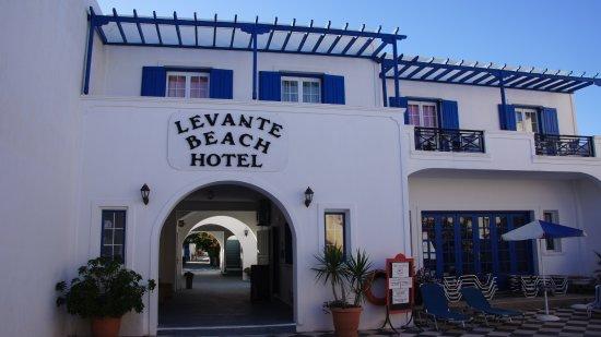 Levante Beach Hotel: Innenhof