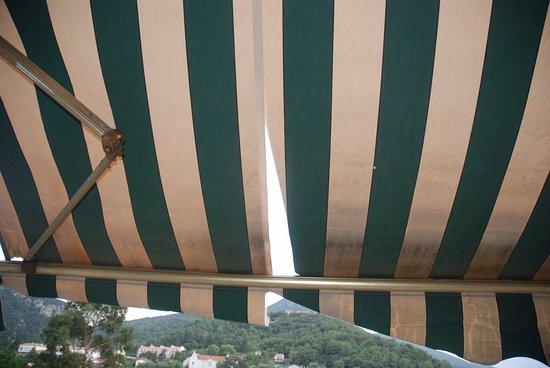Amelie-les-Bains-Palalda, Francia: tente solaire sur la terrasse, pas très propre!