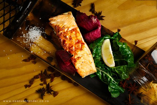 Margate, Sudáfrica: wood board salmon cooked on the open flame
