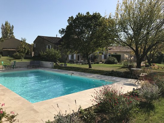 Les Esseintes, France: Wonderful pool, grounds and relaxing outside space!