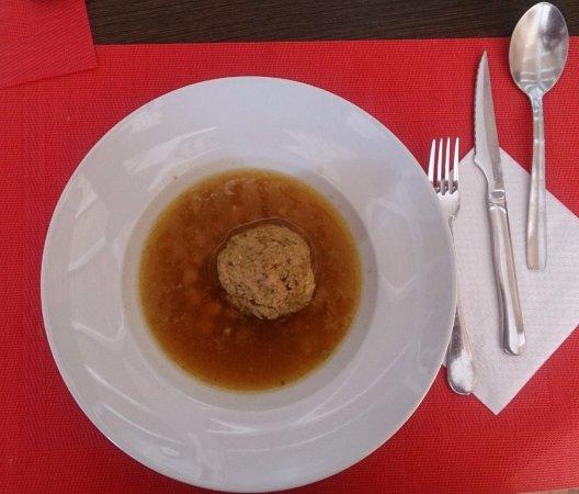 Yecla, España: Menú diario. Consomé para retomar fuerzas.