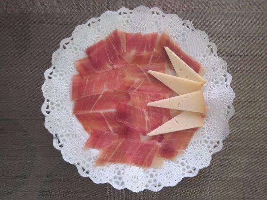 Yecla, España: Jamón recién cortado acompañado de un buen queso.