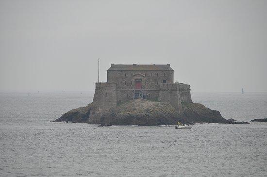 Saint-Malo, Francia: 城壁からプチベの砦を望む