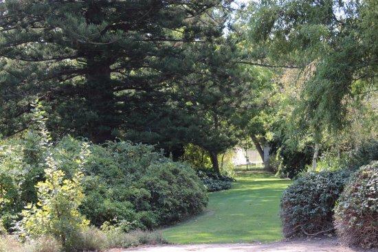 Vredenburg Manor House: Lots of garden space to walk in