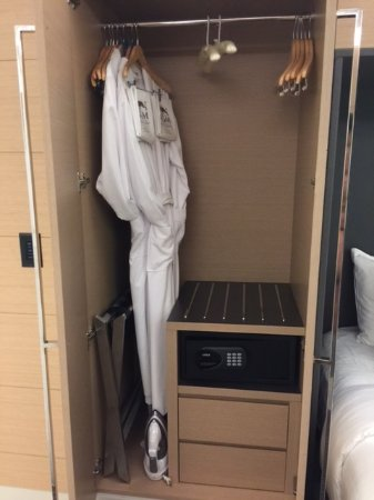 Oxon Hill, MD: Small closet and in room safe