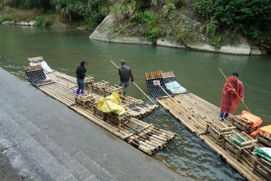 Shangqing Stream: 2艘の筏を繋いで6人乗りにしてました