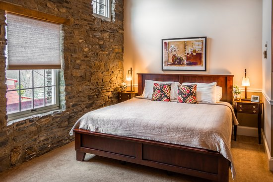 Joseph Ambler Inn: Standard King Room in the Stone Bank Barn