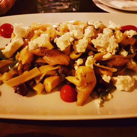 La Casita: Bandnudeln mit Hähnchen, getrockneten Tomaten, Feta und Datteln