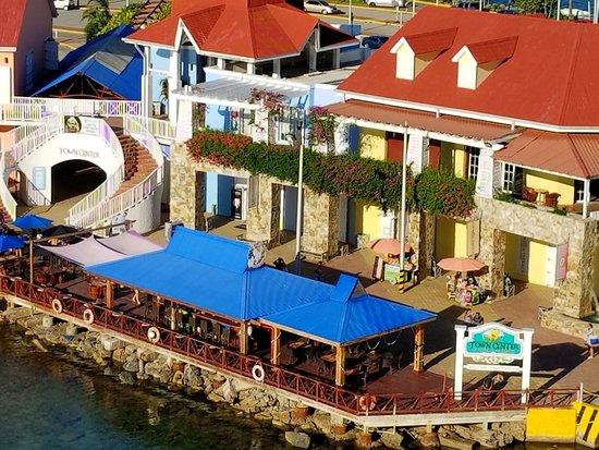 Coxen Hole, Honduras: Colorful Town Center