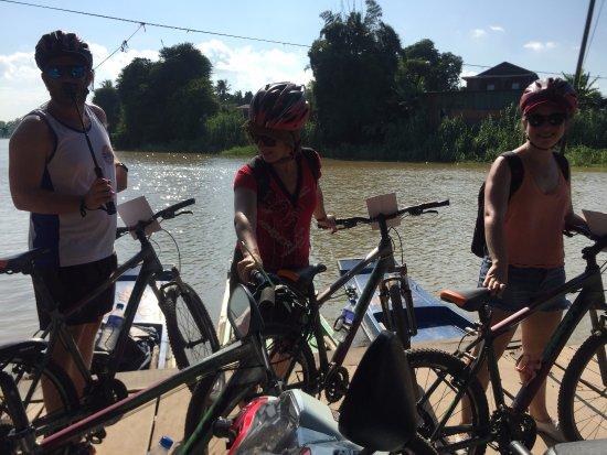 Battambang, Kambodsja: crossing the river