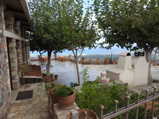 Μαρουλάς, Ελλάδα: Je kunt lekker buiten zitten als het mooi weer is