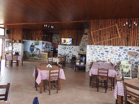 Maroulas, Grèce : Het restaurant binnen