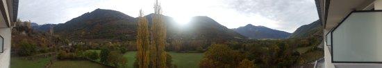 Vistas del sol entrando en Broto, estas son las fantasticas vistas desde nuestra habitación.