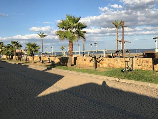 Sotogrande, Spain: L'accesso alla spiaggia con i giochi per i bambini e pista ciclabile