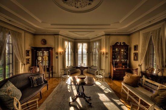 โพห์คีปซี, นิวยอร์ก: Enjoy Locust Grove's elegant interiors, like the Drawing Room, through guided tours.