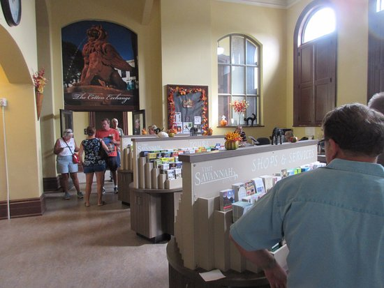 Savannah Visitors Center : Main hall with staff and plenty of information