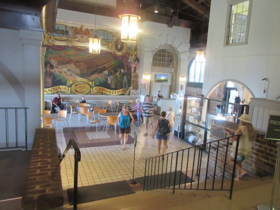 Savannah Visitors Center : Step down is a cafe
