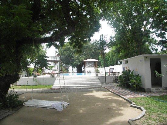 tuin en zwembad, in september is de zwembadbar niet open