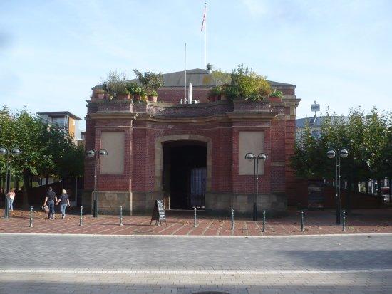 Berliner Tor, oben über dem Tor-Durchgang befindet sich das Restaurant Bellini.