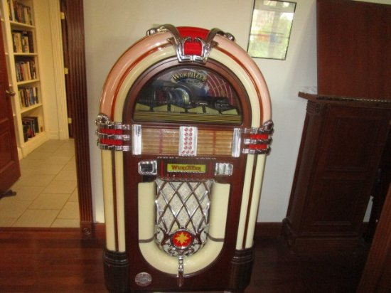 The Inn at Mountain Quest: Old time juke box with thousands of tunes.