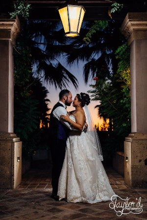 Hotel Encanto de Las Cruces: Beautiful wedding picture at dusk in the pool/garden area