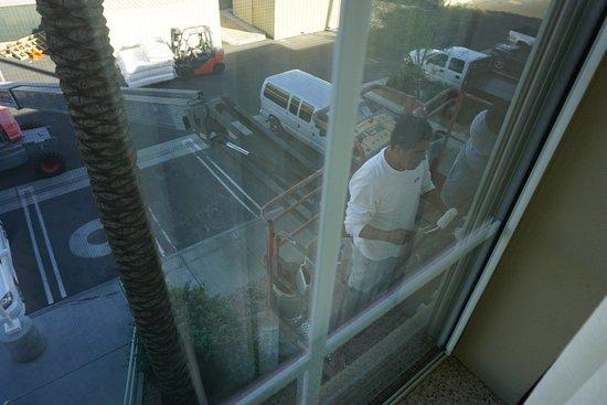La Quinta, CA: Eines morgens erscheinen plötzlich zwei Männer direkt vor unserem Fenster, um Arbeiten zu verric