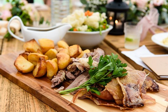 Stoke Fleming, UK: Roast Lamb served table side with mint sauce and veggies