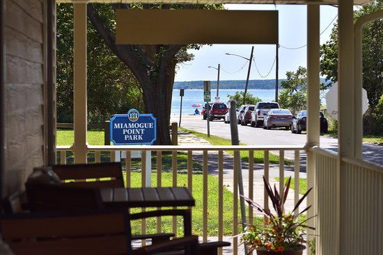 South Jamesport, État de New York : wrap around porch with water views