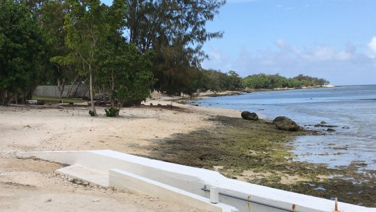 CoCo Beach Resort: This is low tide but there is easy access for swimming through the ocean pool to the coral.