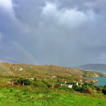Caherdaniel, Irlandia: Just above Iskeroon on road down the hill. We saw a rainbow everyday here.