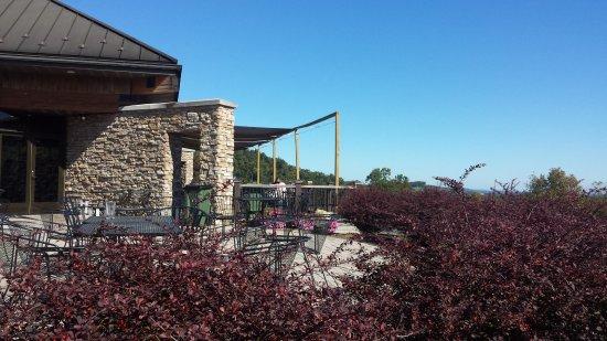 Biglerville, PA: deck area outside tasting room