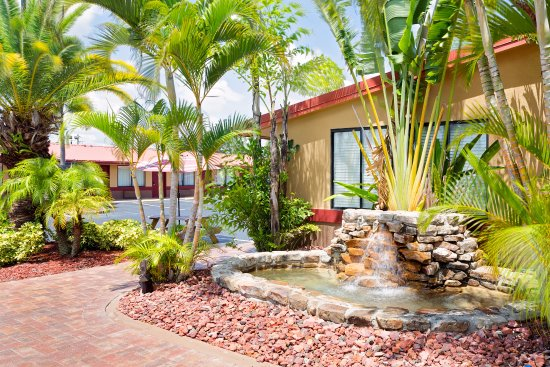 Knights Inn Port Charlotte: Stone water fountain with surrounding landscaping