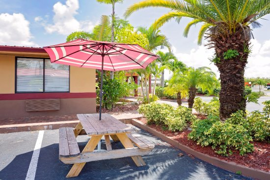 Knights Inn Port Charlotte: One of six picnic/outdoor seating areas