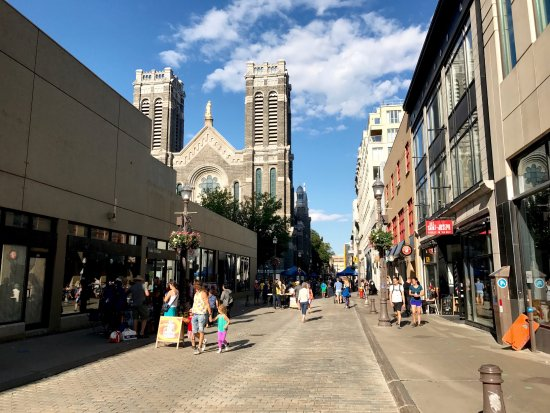 Quartier Saint-Roch : Saint-Joseph street, with the church right in the middle. The place to shop, eat and drink !