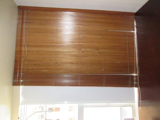 Radisson Hotel Decapolis Miraflores: Room darkening shade behind the wooden blinds