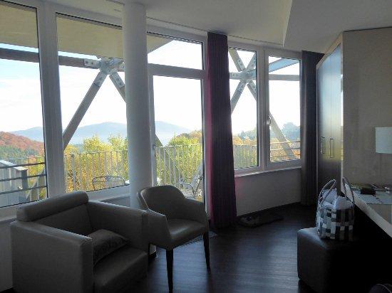 Helles Zimmer Durch Grosse Fensterfront Bild Von Oversum Vital