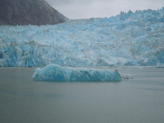 Tracy Arm Fjord: glacier and large floe
