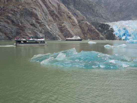 Tracy Arm Fjord: ice floe and boats