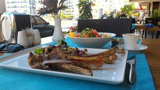 Mahmutlar, Türkei: Ребрышки ягненка и кофе.