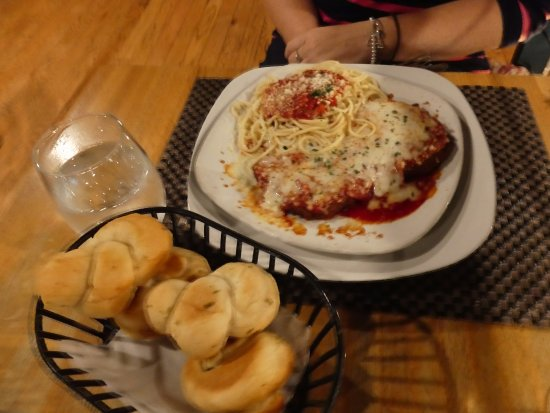 The Trinity Hotel Restaurant: chicken Parmesan and bread basket