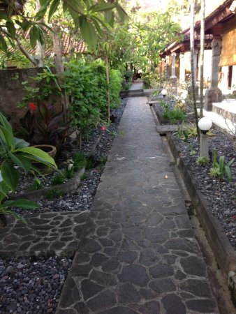 Temple Cafe & Seaside Cottages: Path to reception
