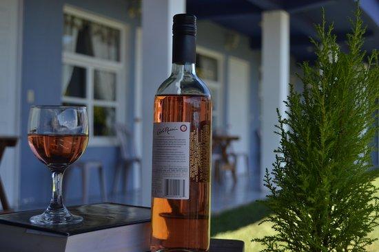 San Juan la Laguna, Guatemala: Un ambiente relajado en Hotel Pa Muelle  viendo al lago y con una copa de vino