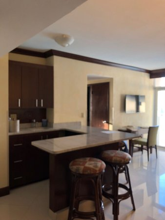 Sunny Isles Beach, FL: Kitchenette and living room