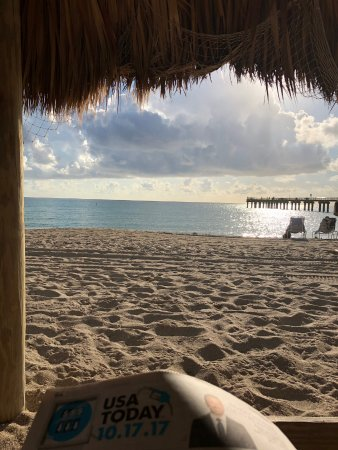 Sunny Isles Beach, FL: Complementary paper, early morning reading very peaceful